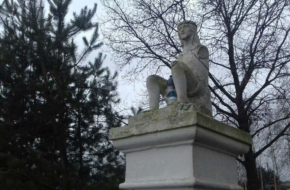 Statue without arms on a pedestal